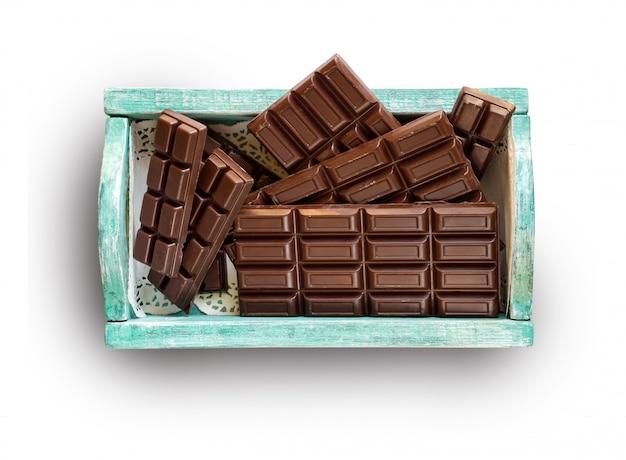 Chocoladerepen in een groene doos die op witte achtergrond wordt geïsoleerd