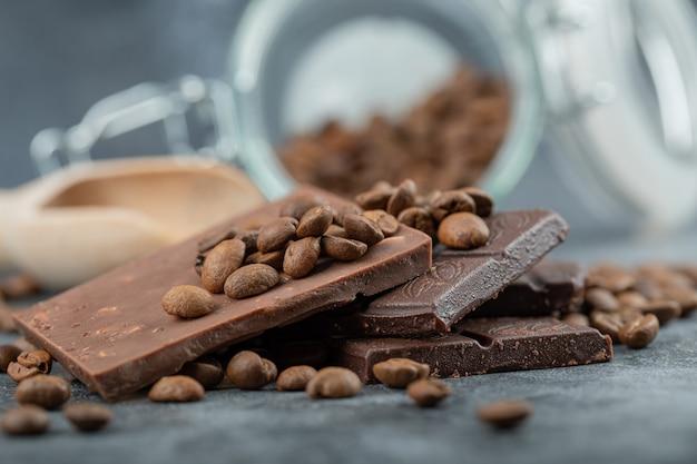 Chocoladerepen met chocoladeschilfers op grijs.