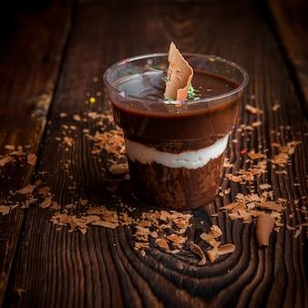 Chocoladeroom in beker met chocoladeschilfers