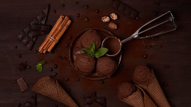 Chocoladeroomijs in een wafelchocoladekegel op een bruin achtergrondconcept bovenaanzicht geen mensen