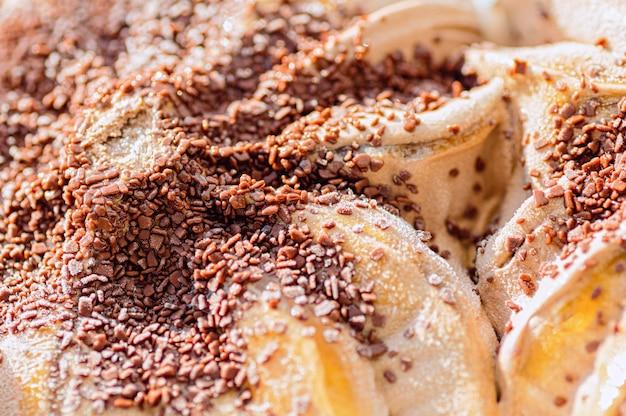 Chocoladeroomijs met plakjes koekje. detailopname.