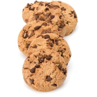 Chocoladeschilferkoekjes die op witte achtergrond worden geïsoleerd. zoete koekjes. huisgemaakt gebak.