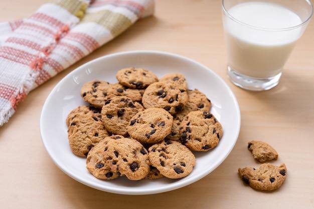 Chocoladeschilferkoekjes en melk als ontbijtmaaltijd