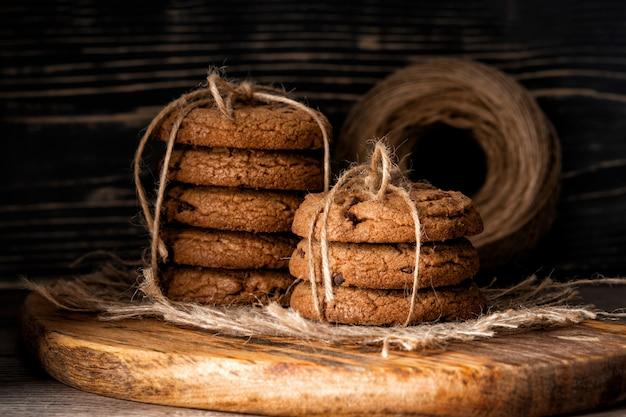 Chocoladeschilferkoekjes en op houten muur. rustiek eten