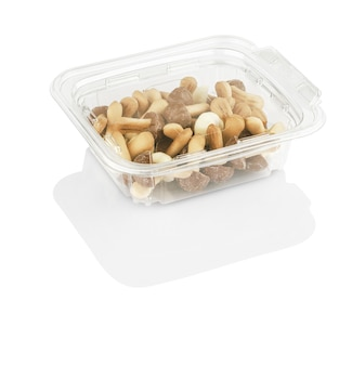 Chocoladeschilferkoekjes in de vorm van champignons in een doorzichtige doos geïsoleerd