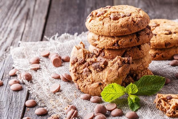 Chocoladeschilferkoekjes met munt en chocoladedruppels