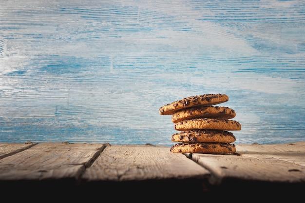 Chocoladeschilferkoekjes op donkere oude houten tafel