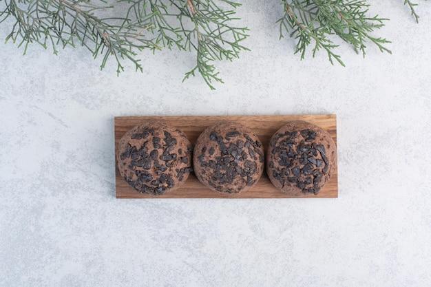 Chocoladeschilferkoekjes op houten stuk. hoge kwaliteit foto