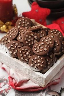Chocoladeschilferkoekjes van kerstmis in een doos