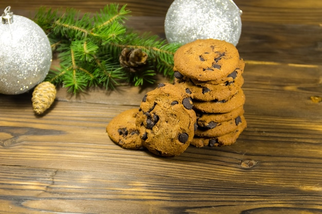 Chocoladeschilferkoekjes voor kerstversiering op houten tafel