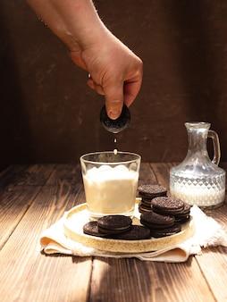 Chocoladeschilferkoekjes worden gedompeld in een glas melk
