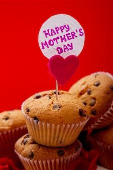 Chocoladeschilfermuffin en kaarthart en bloemblaadjes in de buurt van cupcake hoe maak je een muffin
