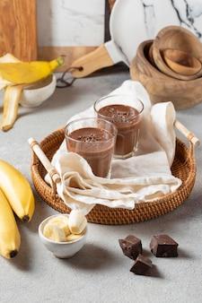 Chocoladesmoothie met hoge hoek en bananen