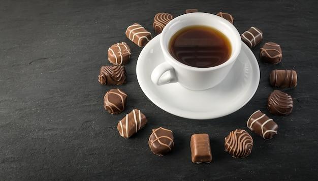 Chocoladesnoepjes en koffiekopje mockup