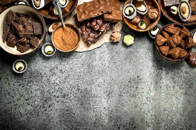 Chocoladesnoepjes met cacaopoeder. op een rustieke achtergrond.