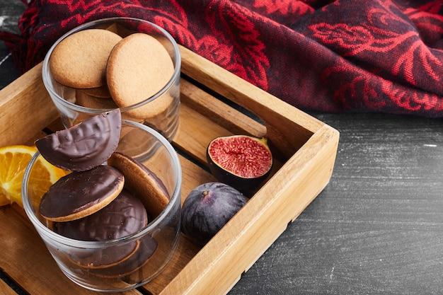 Chocoladesponskoekjes in een houten dienblad.