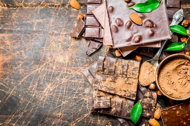Chocoladestukjes met bladeren. op een houten achtergrond.