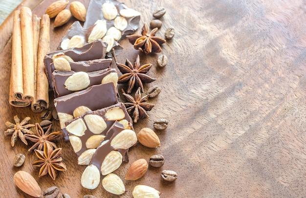 Chocoladestukjes met kruiden, kaneel en anijs