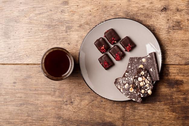 Chocoladesuikergoed en koffie op hout