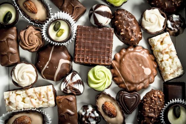 Chocoladesuikergoed in de doos. veel verschillende chocoladesnoepjes