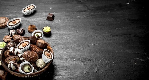 Chocoladesuikergoed in een kom. op het zwarte bord.