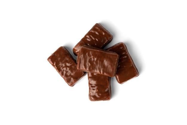 Chocoladesuikergoed met karamel en pinda geïsoleerd op wit
