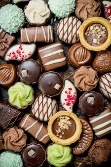 Chocoladesuikergoed met verschillende vullingen. bovenaanzicht.