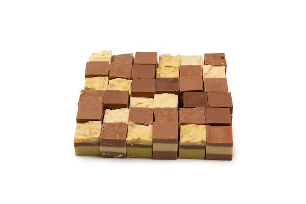 Chocoladesuikergoed op wit wordt geïsoleerd dat