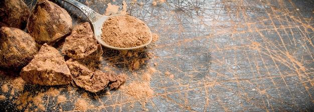 Chocoladesuikertruffels met cacaopoeder. op een houten ondergrond.