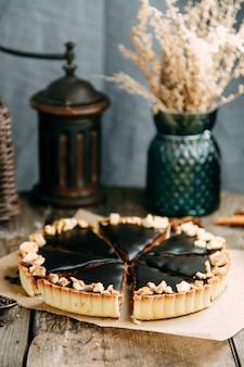 Chocoladetaart gemaakt van los deeg op een houten tafel. gesneden cake met karamelvulling.