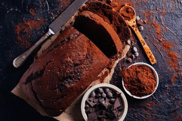 Chocoladetaart gesneden met stukjes chocolade