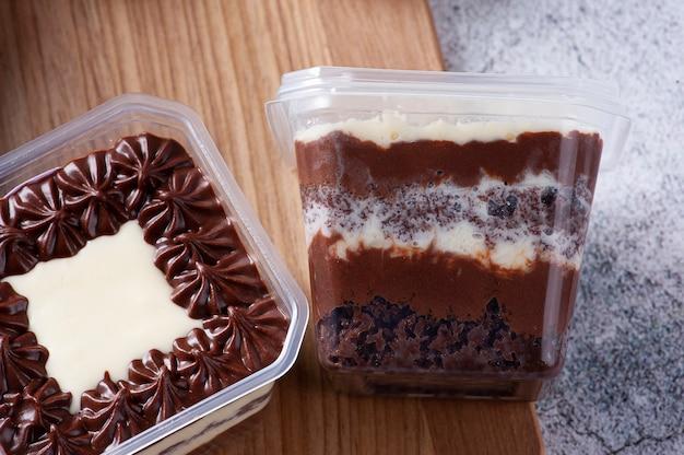 Chocoladetaart in de pot voor levering. ruimte kopiëren.