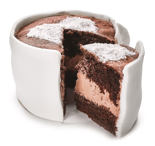 Chocoladetaart in de vorm van een koffiekopje op een witte ondergrond