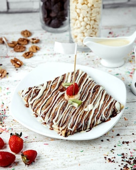 Chocoladetaart met aardbei en kiwi
