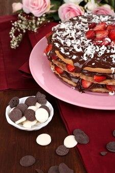 Chocoladetaart met aardbei op houten tafel