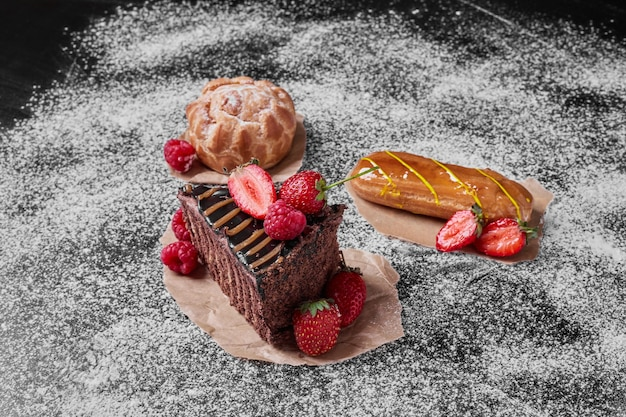 Chocoladetaart met bessen op zwart.