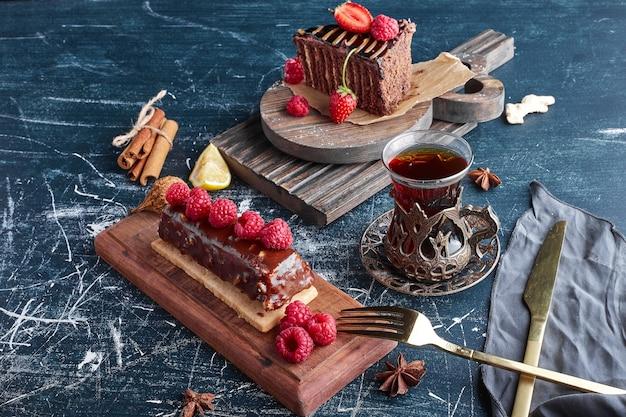 Chocoladetaart met een glas thee.