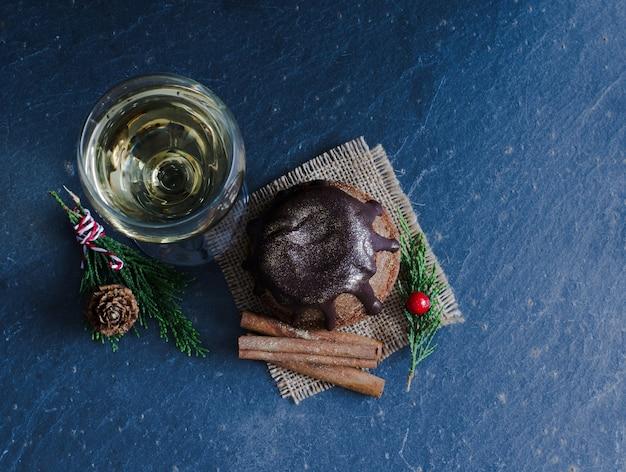 Chocoladetaart met een glas wijn