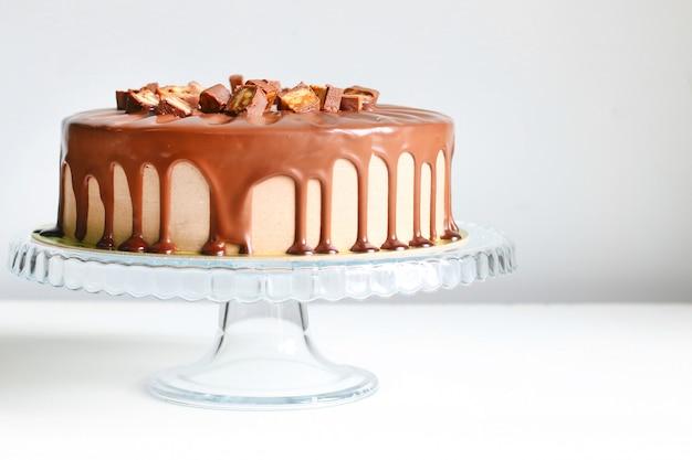 Chocoladetaart met karamel op een bord