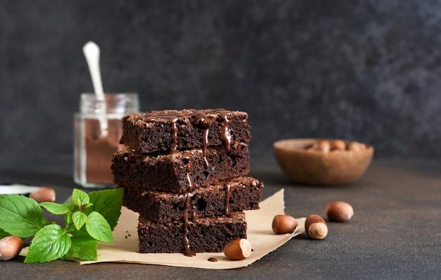 Chocoladetaart met noten op tafel