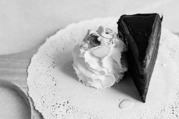 Chocoladetaart met slagroom