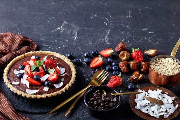 Chocoladetaart met verse aardbeien, bosbessen, kokosnootchips