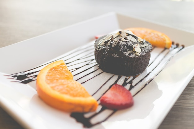 Chocoladetaart of chocolade lavacake met vers fruit en koffie