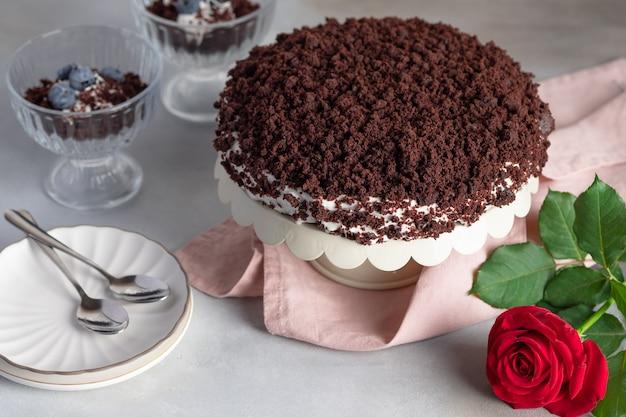 Chocoladetaart op standaard met roze bloem