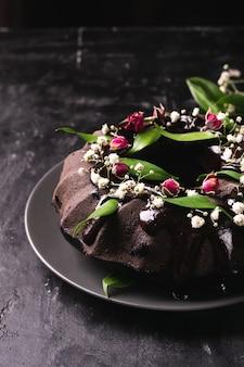Chocoladetaart versierd bloemen