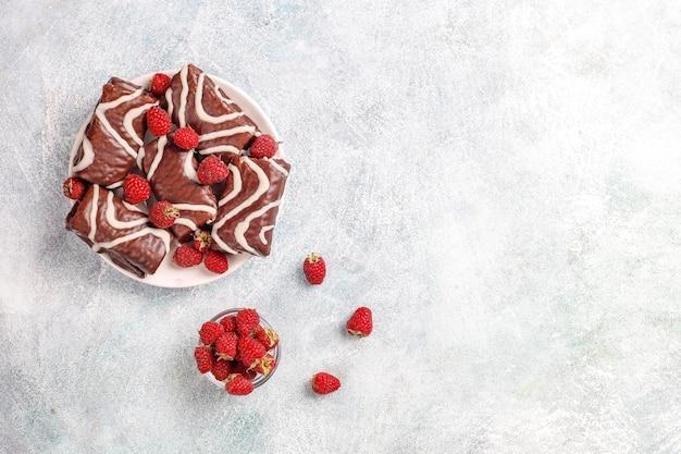Chocoladetaartbroodje met frambozenjam en botercrème.