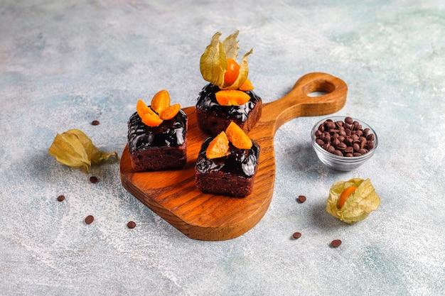 Chocoladetaarthapjes met chocoladesaus en met fruit, bessen.