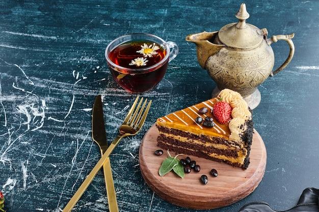 Chocoladetaartplakken met een kopje thee.