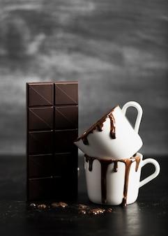 Chocoladetablet en mokken gevuld met chocolade
