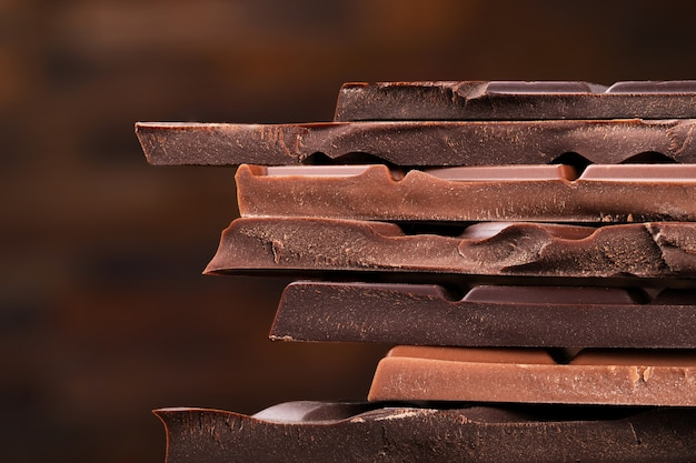 Chocoladetoren van donkere chocoladerepen, dessertvoedsel
